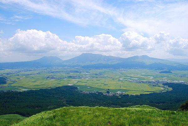 600px-Mt.Aso_and_caldera01