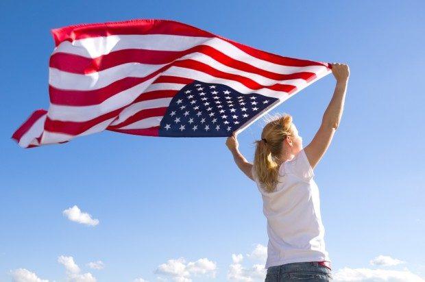 Frau mit USA-Fahne