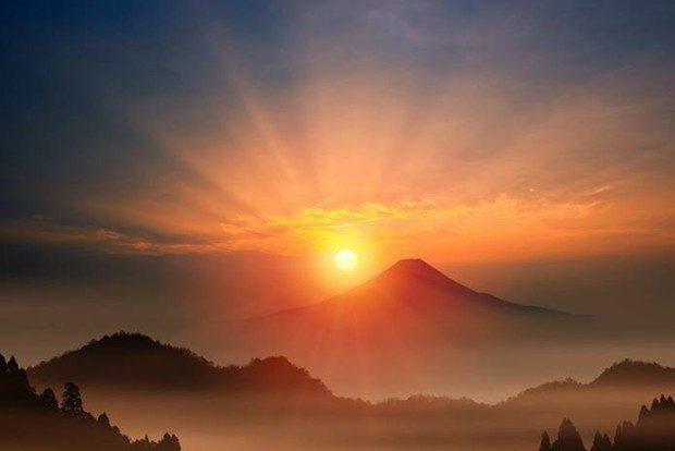 荘厳な富士山と朝日1